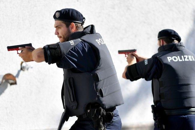 Die Täter wurden wegen schweren Raubes festgenommen.