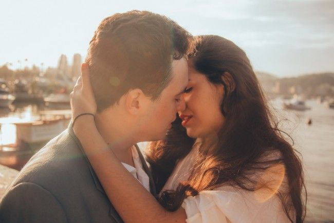 Ein sich küssendes Pärchen wurde wegen Unzucht zu drei Monaten haft verurteilt.