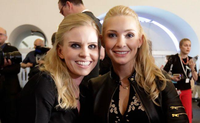 Die beiden Frauen wirken wie Freundinnen.