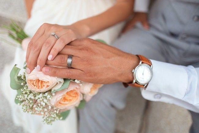 Ein Paar plante eine Technik-Hochzeit mit Snapchat-Brille und Kabelstrauß.