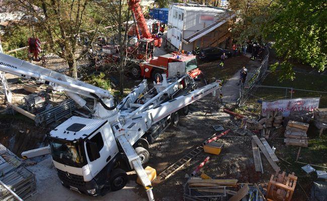 Die Einsatzkräfte der Feuerwehr sicherten den Lkw, damit dieser nicht weiter abrutschen konnte.