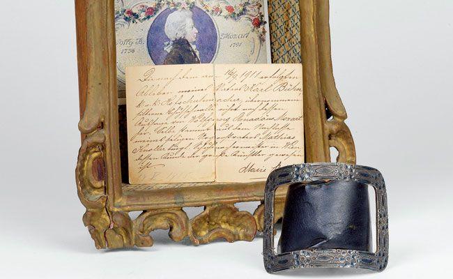 Das Wiener Dorotheum versteigert Mozarts Schuhschnalle.