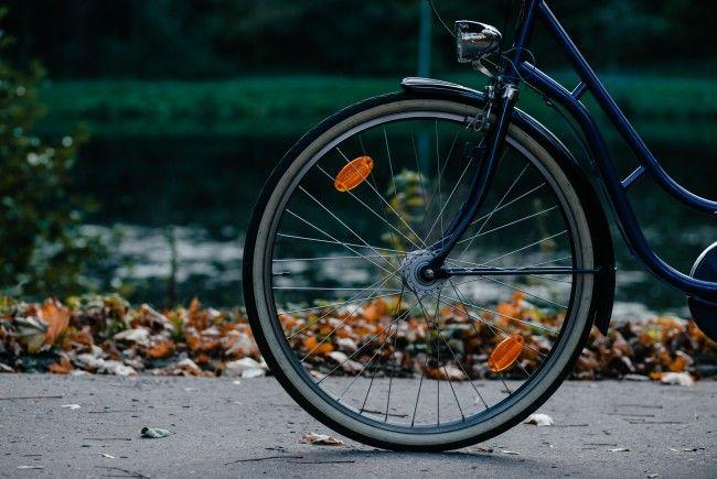 Wer im herbst gerne mit dem Fahrrad unterwegs ist, sollte einige Tipps beachten.