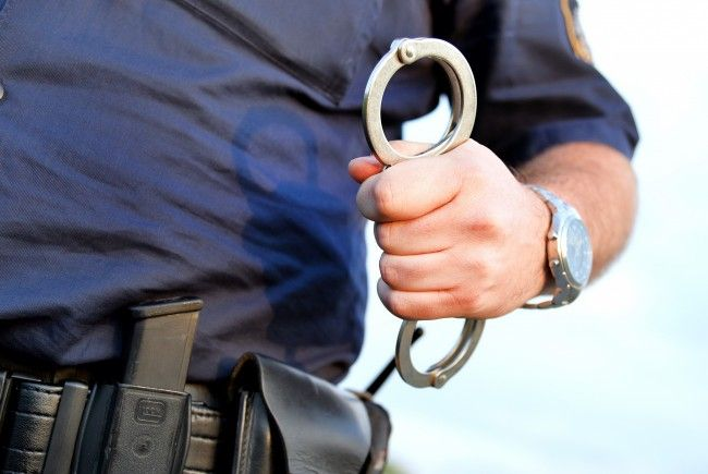 Die Polizei nahm einen Mann fest, der mehrere Fenster des Parlaments eingeschlagen hatte.