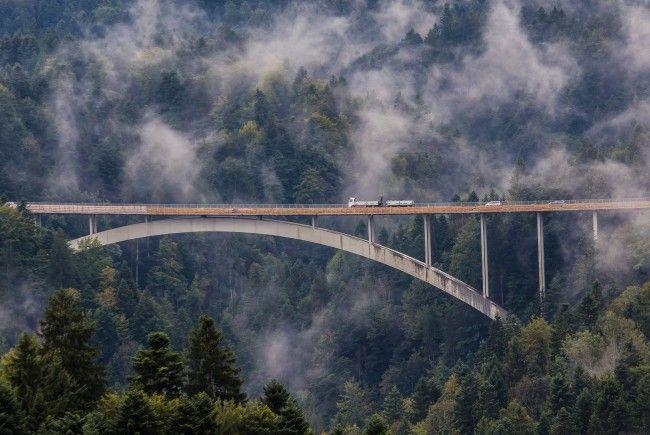 Von Freitag auf Samstag werden auf der Lingenauer Hochbrücke Aspahltierungsarbeiten durchgeführt.
