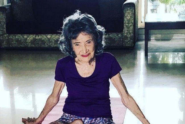 Die 99-jährige unterrichtet noch heute Yoga.