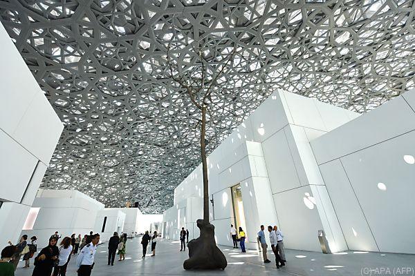 Besucher schlendern durch den neuen Kunsttempel
