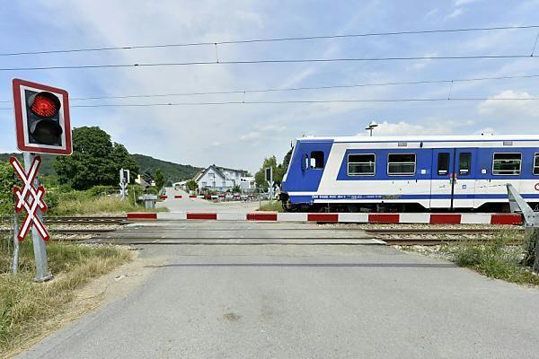 Kinder trotz geschlossenem Bahnschranken über Schienen geführt