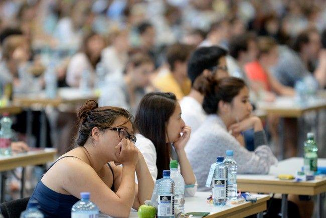 Viel zu wenige Medizinstudenten kommen laut den Landesräten durch den Aufnahmetest.