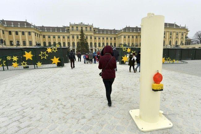 In Schönbrunn werden während der Adventzeit zusätzliche Poller aufgestellt.