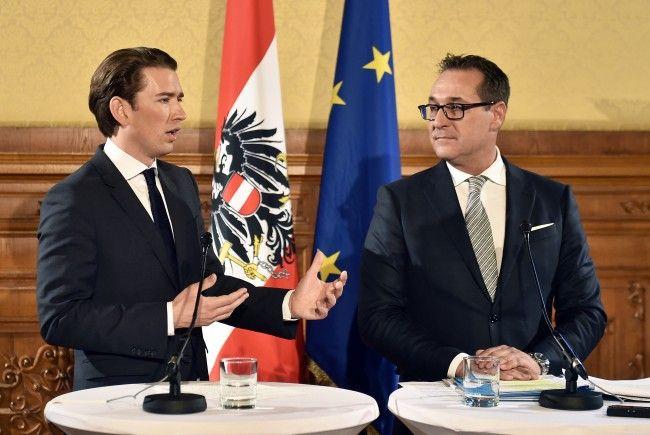 Kurz und Strache bei der Pressekonferenz am Freitagnachmittag.
