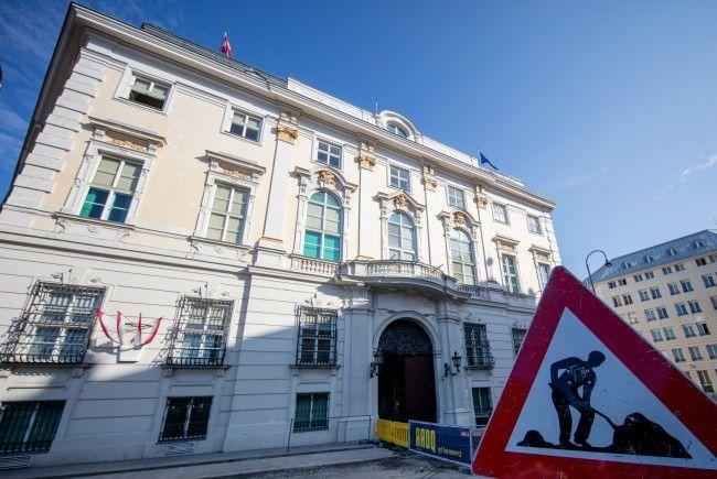 Das Bundeskanzleramt in Wien wird mit Anti-Terror-Pollern gesichert.