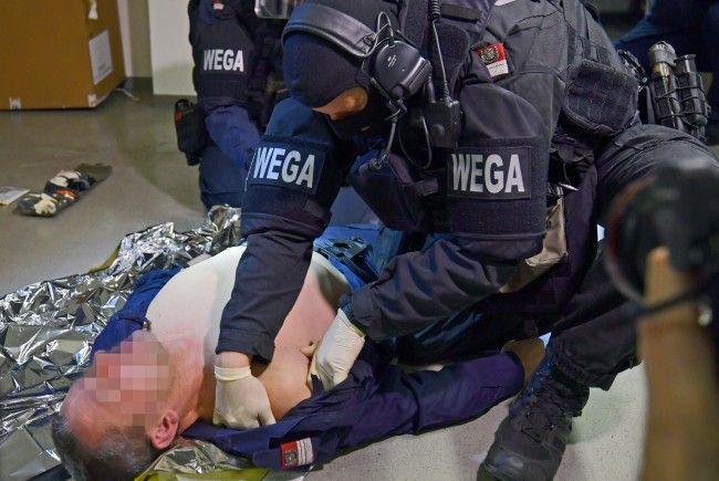 WEGA-Beamte werden zu Rettungssanitätern ausgebildet.