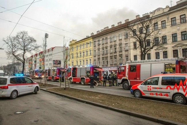 Einsatzkräfte auf der Hernalser Hauptstraße, wo sich die Gas-Explosion ereignet hatte
