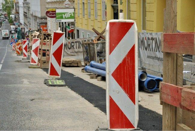 Auf der Fahrbahn der Grünbergstraße werden Zeitschäden ausgebessert.
