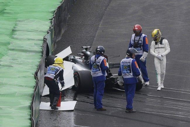 Lewis Hamilton krachte gleich zu Beginn von Q1 in den Reifenstapel.