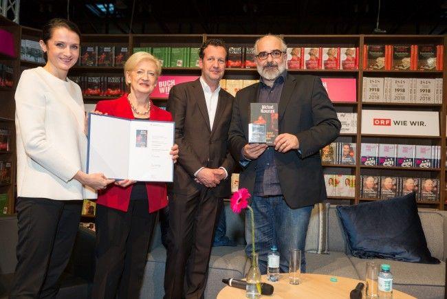 """Niavaranis Roman """"Ein Trottel kommt selten allein"""" wurde mit dem """"Platinbuch"""" ausgezeichnet."""