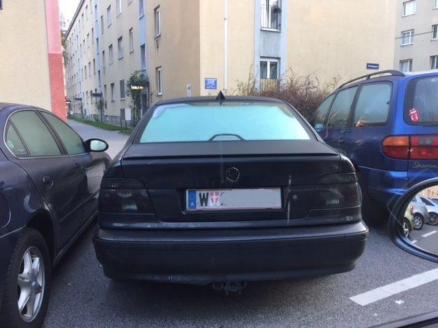Der Fahrer dieses schwarzen BMW wurde wegen mehrerer Vergehen angezeigt.