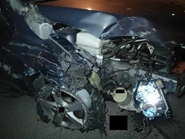 Das stark beschädigte Fahrzeug, mit dem der alkoholisierte Lenker die Schäden verursachte.