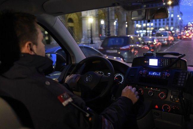 Die polizisten erwischten die flüchtenden Einbrecher.