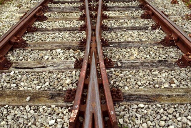 Der Lokführer stürzte vom Zug und verletzte sich schwer