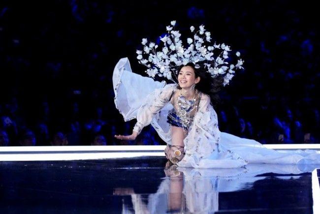 Model Ming stürzte auf dem Catwalk.