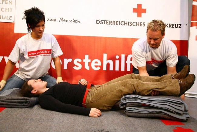 Eine schnelle Herzdruckmassage kann Menschenleben retten.