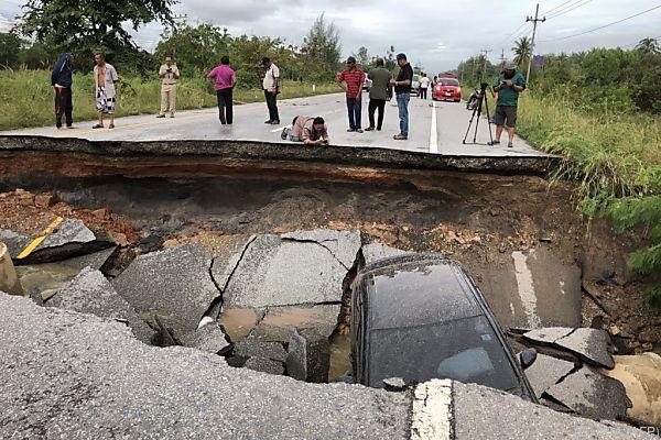 Diese Straße brach durch die Fluten ein
