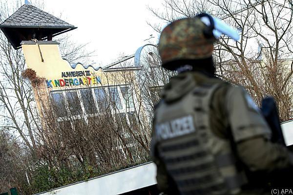 Ein Kindergarten und eine Schule wurden von der Polizei abgesperrt