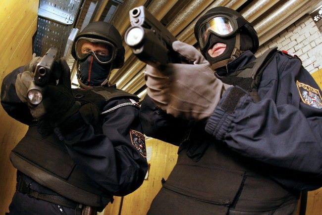 Die WEGA holte den bewaffneten, psychisch kranken Mann aus der Meidlinger Bank.