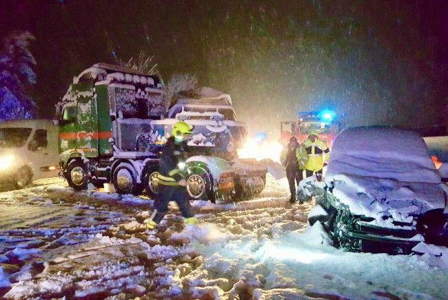 Wintereinbruch sorgte für hängengebliebene Fahrzeuge und eine Serie von Unfällen.