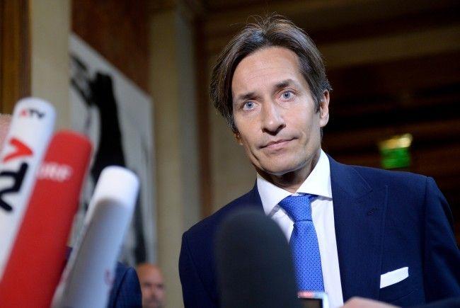 Ex-Finanzminister Karl-Heinz Grasser muss sich am heutigen Dienstag vor Gericht in Wien verantworten.