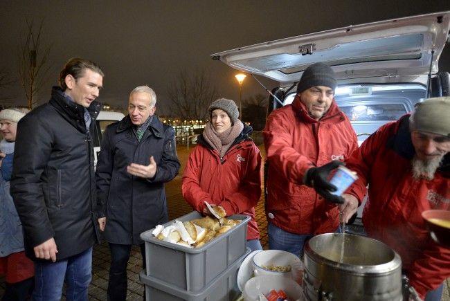 """Sebastian Kurz stattete dem """"Suppenbus"""" der Caritas einen Besuch ab."""