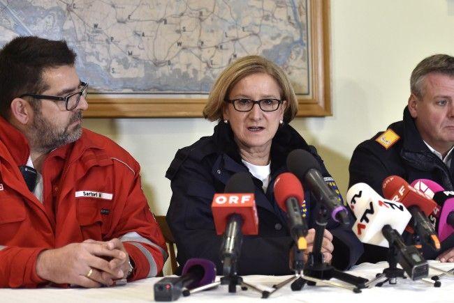 (v.l.n.r.) Michael Sartori (Rotes Kreuz Niederösterreich), NÖ-Landeshauptfrau Johanna Mikl-Leitner (ÖVP) und NÖ-Landesfeuerwehrkommandant Dietmar Fahrafellner bei einer PK zur Gasexplosion