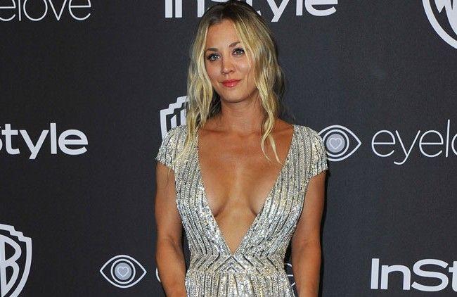 Der sexy Ausschnitt gehört Schauspielerin Kaley Cuoco.