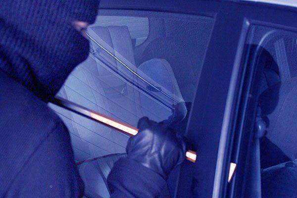 Ein Einbrecher saß im Auto des Läufers