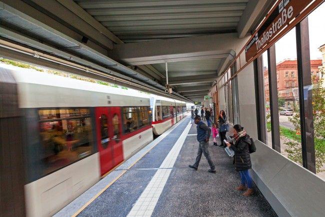 Drei Männer fielen in der U6-Station Thaliastraße auf die Gleise und wurden von einem Zug erfasst