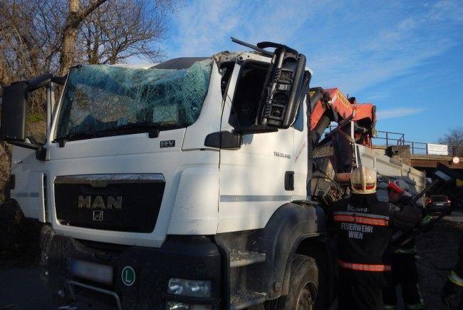 Der Lkw sowie der Ladekran wurden bei dem Unfall schwer beschädigt.