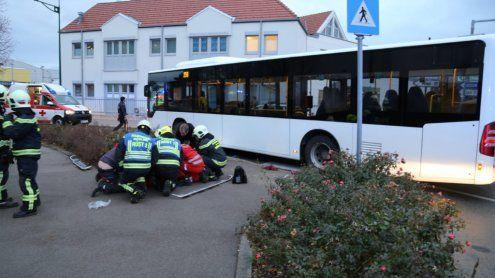 Schwerer Unfall in NÖ: Frau und Kinder von Bus niedergestoßen