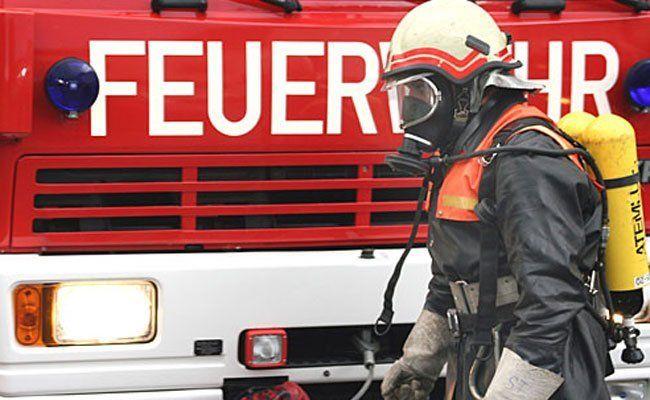 Ein Pkw fing aus unbekannter Ursache auf der A14 Feuer.