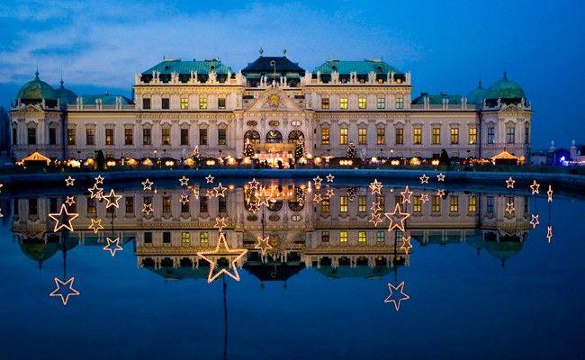 Ein besonderes Ambiente über den Dächern Wiens bietet das Weihnachtsdorf Schloss Belvedere.