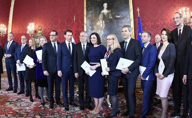 In der Präsidentschaftskanzlei wurde die neue Regierung angelobt.