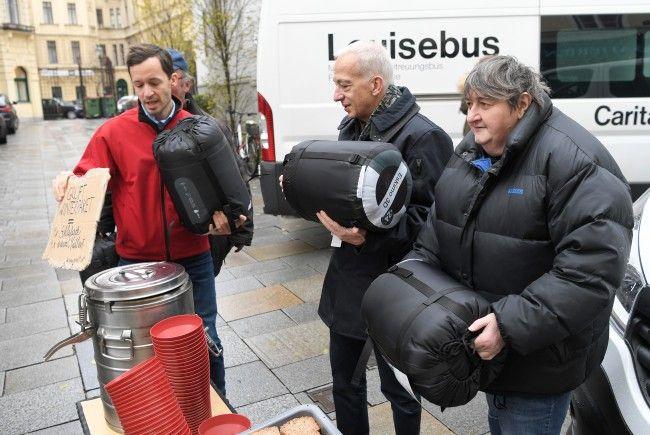 Caritas Wien-Generalsekretär Klaus Schwertner (l.), Caritas-Direktor Michael Landau sowie Gruft-Mitarbeiterin Frau Rosi (r.) stellen das Winterpaket vor