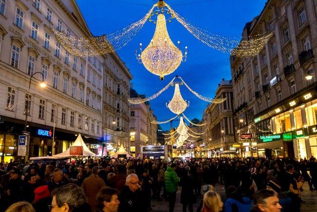 Der Wiener Silvesterpfad zieht wieder tausende Menschen an.