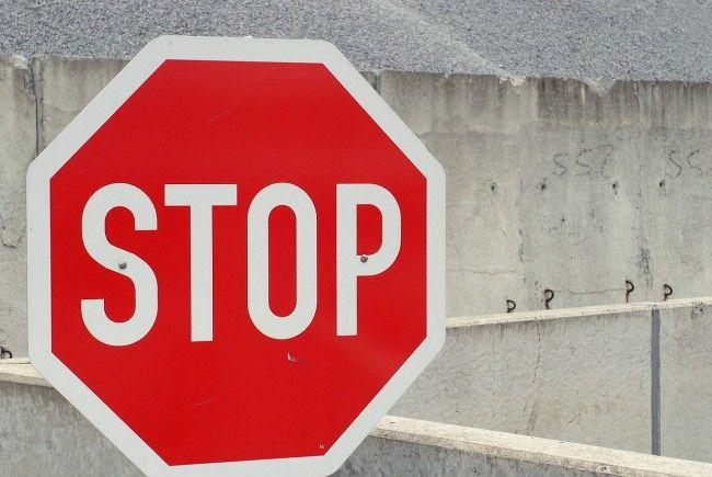 Stopptafel in Wien-Favoriten missachtet: Beifahrerin schwer verletzt.
