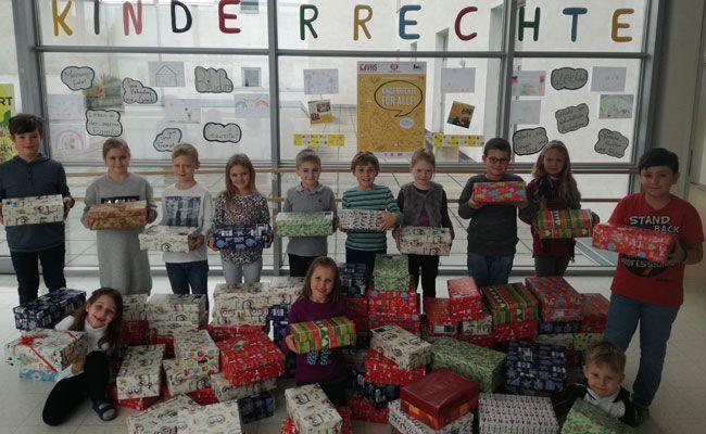 Die stolzen Kinder der Wiener Volksschule mit ihren Geschenkkartons.