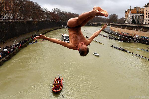 Gekonnter Sprung in den eiskalten Tiber