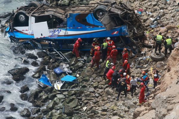 """Der Bus stürzte 100 Meter in der """"Teufelskurve"""" ab"""