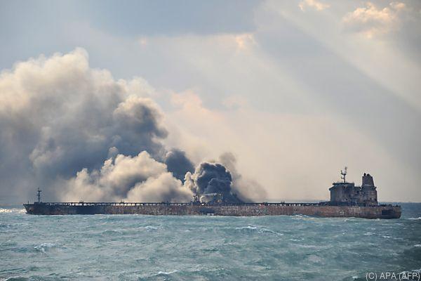Brennender Öltanker im chinesischen Meer