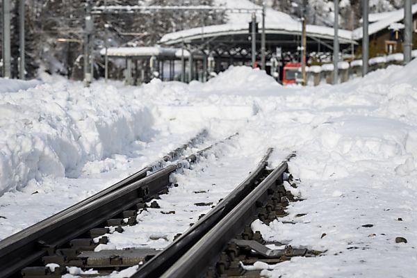 Die Schneemassen wurden zumindest entlang der Gleiskörper entfernt